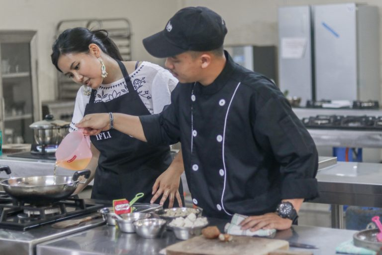 IFLI student studying local cuisine in culinary extracurricular class